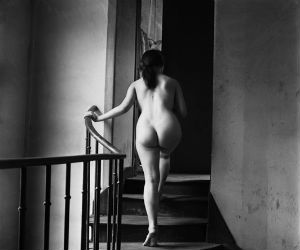 nu-escalier-grande-chaumiere-1950-51-courtesy-sophie-malexis-exposition-emile-savitry-musee-mendjisky-medium
